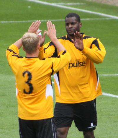 Izale McLeod feirer en scoring i treningskampen mot Tottenham